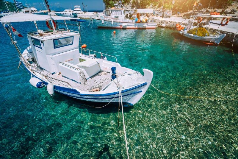 Traditionele vissersboot in glasheldere Middellandse Zee Blauwe baai op het Griekse eiland stock afbeeldingen