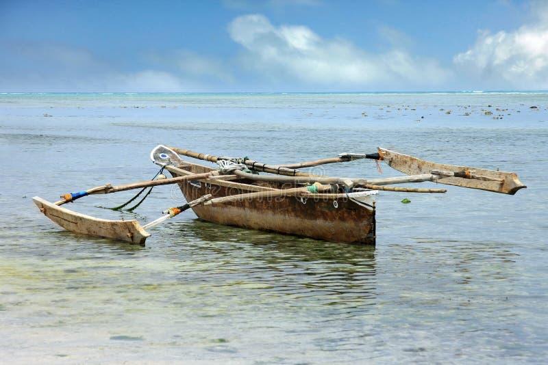 Traditionele vissersboot op de oceaan royalty-vrije stock fotografie