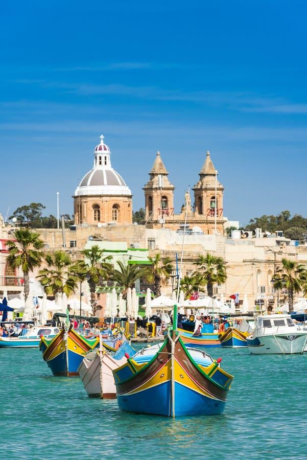 Traditionele vissersdorp en boten, Malta stock fotografie