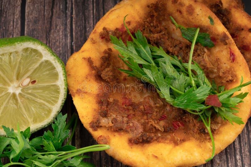 Traditionele voedsel van de Lahmacun het Turkse pizza stock afbeeldingen