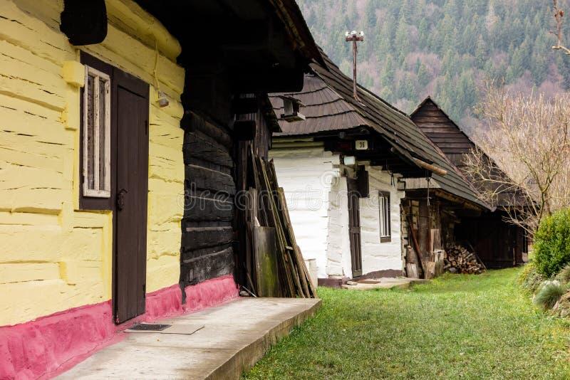 Traditionele volks historische blokhuizen in het openluchtmuseum van Vlkolinec stock foto