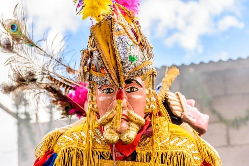 Traditionele volksdanser in Spaans conquistadormasker & kostuum, royalty-vrije stock afbeeldingen