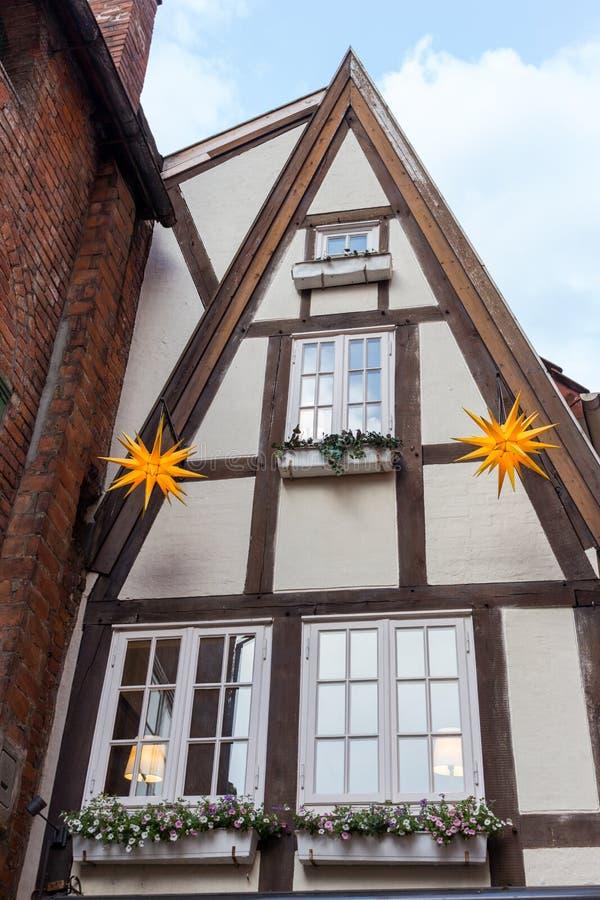 Traditionele voorgevel van Duits helft-betimmerd huis Middeleeuwse Europese architectuur Typisch dorp in Duitsland royalty-vrije stock afbeeldingen