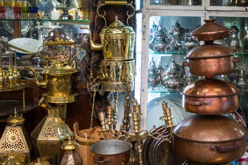 Traditionele voorwerpen in een ambachtmarkt in Habous stock foto's
