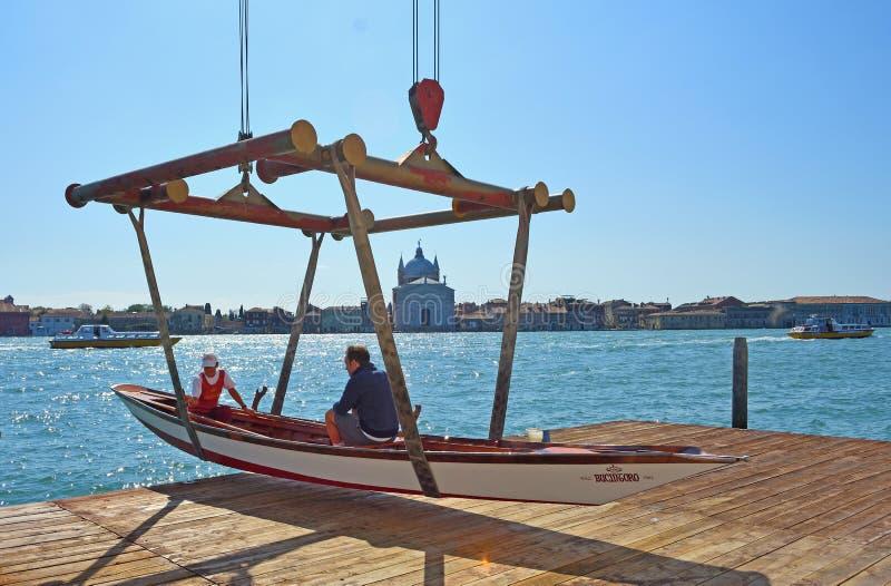 Traditionele Watertaxi op slinger ongeveer om in het Giudecca-Kanaal redentore worden verminderd zichtbaar op achtergrond stock afbeelding