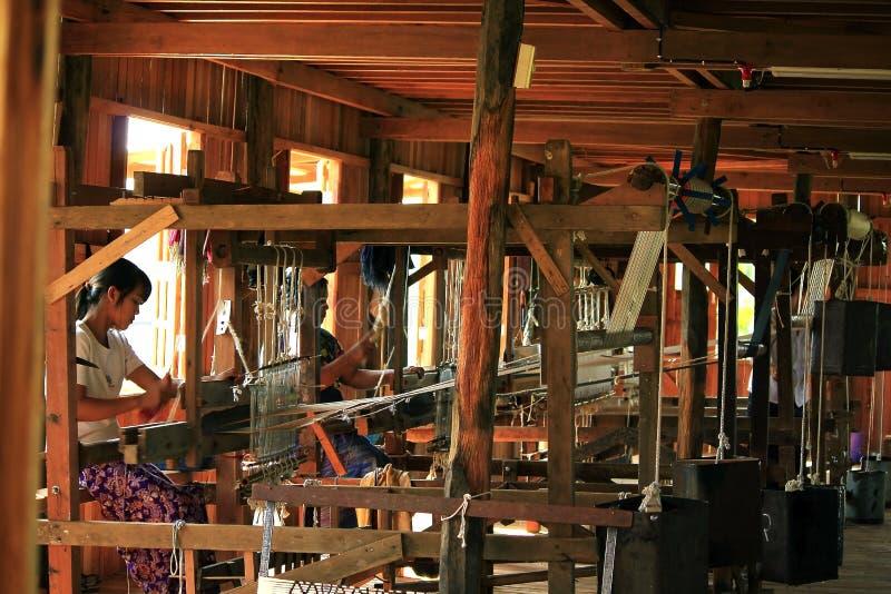 Traditionele wevende machine in Birmaans dorp stock fotografie
