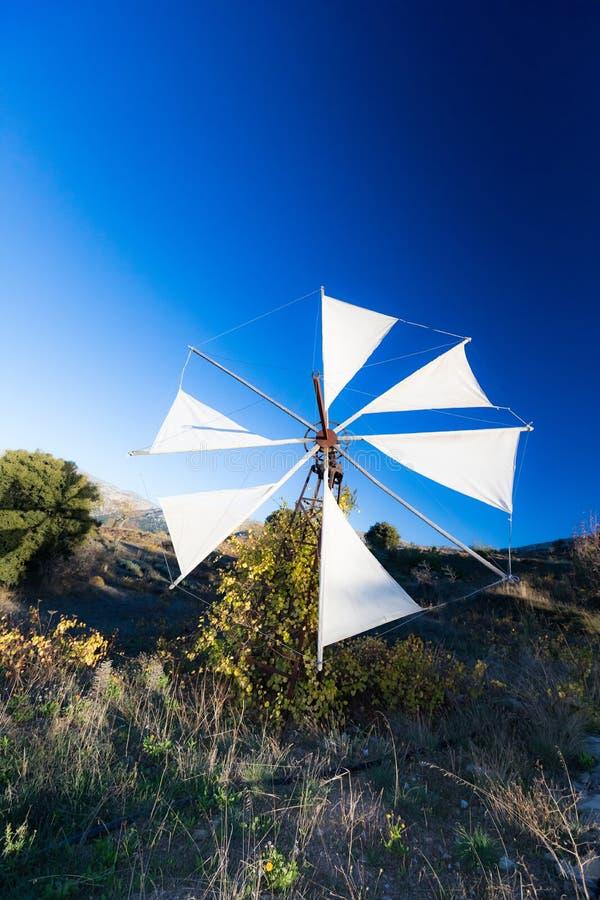 Traditionele windmolen bij het Plateau van Lasithi in Kreta, Griekenland royalty-vrije stock afbeeldingen