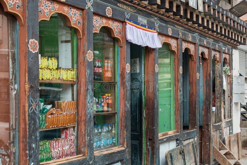 Traditionele winkel die lokale goederen in Thimphu verkopen, de kleine hoofdstad van Bhutan stock afbeeldingen