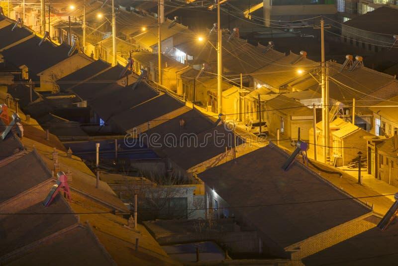 Traditionele woningbouw en stegen bij nightï ¼ Œ in China stock foto