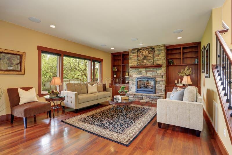 Traditionele woonkamer met hardhoutvloer royalty-vrije stock fotografie