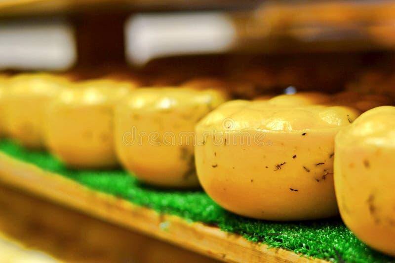 Traditionele zeeland gevormde kaas stock afbeeldingen