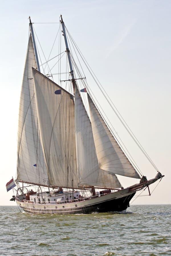 Traditionele zeilboot die in Nederland kruist stock foto