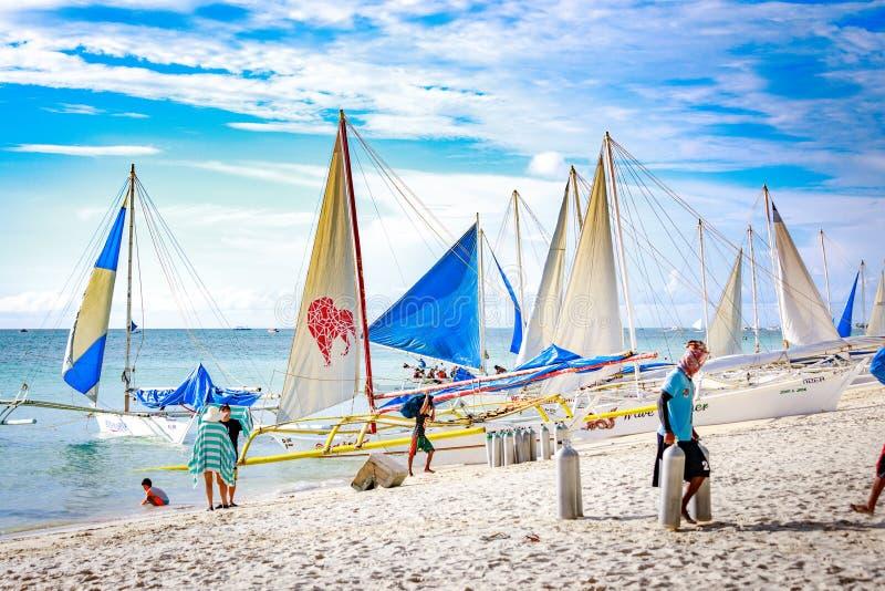 Traditionele Zeilboten op het Overvolle witte strand van Boracay royalty-vrije stock afbeelding
