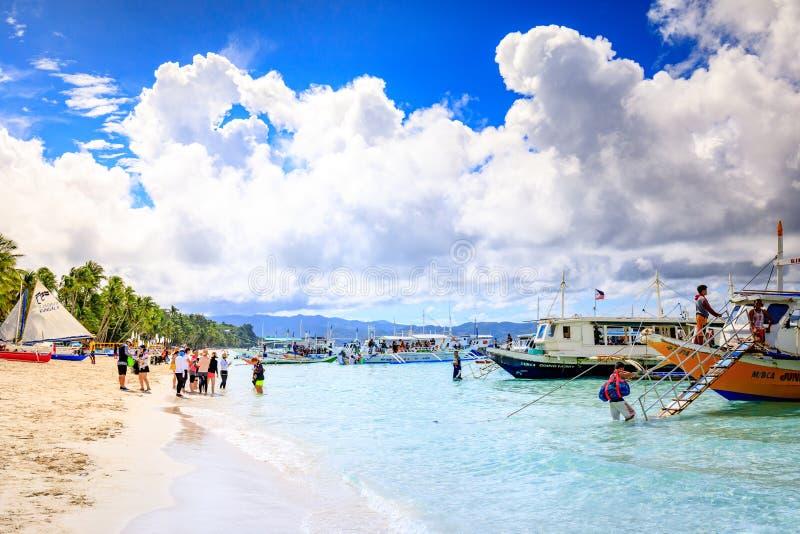 Traditionele Zeilboten op Overvol Boracay-strand stock fotografie
