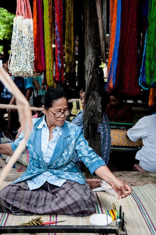 Traditionele zijdecultuur Thaise zijde die in Platteland, Thailand maakt stock foto