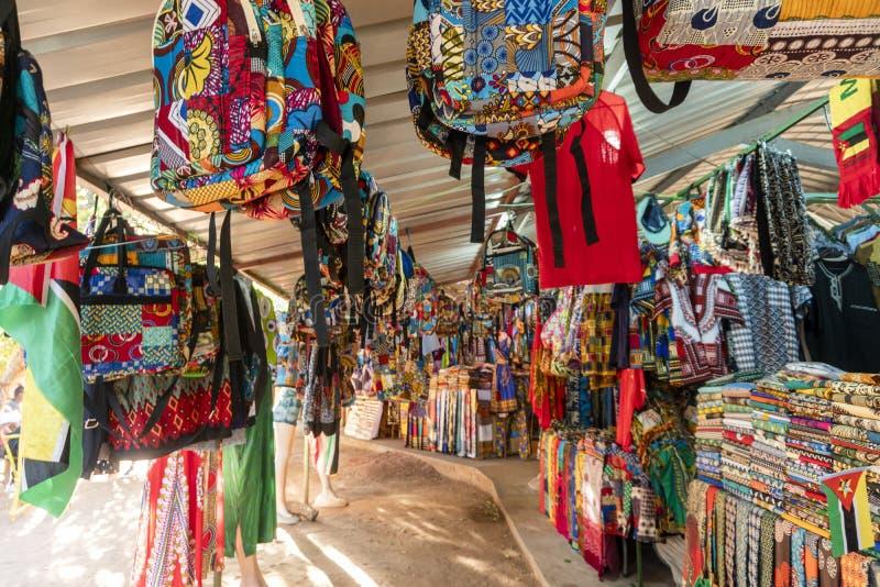 Traditionell afrikansk marknad som säljer färgrika ryggsäckar, kläder och tyger, Maputo, Mocambique fotografering för bildbyråer