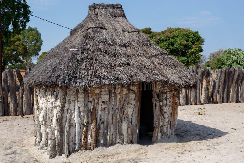Traditionell afrikansk by med hus arkivbilder