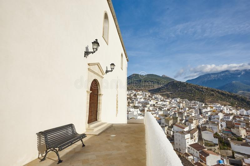 Traditionell andalusian vit fasadby i Spanien Torres by royaltyfri fotografi
