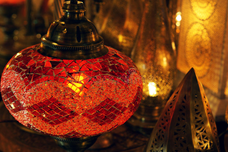 Traditionell arabisk exponeringsglas- och metalllykta arkivbild
