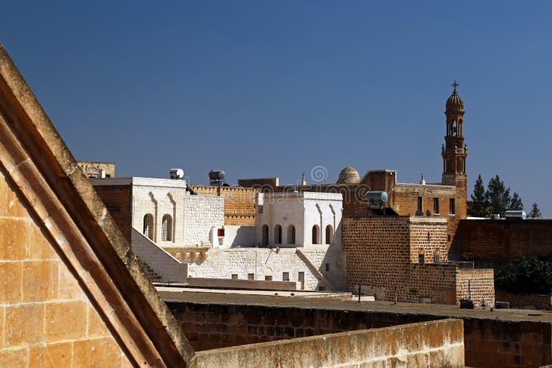 Traditionell arkitektur och kyrka i Midyat royaltyfri fotografi