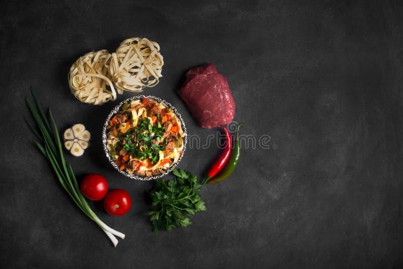 Traditionell asiatisk nudellagman med grönsaker och kött royaltyfri fotografi