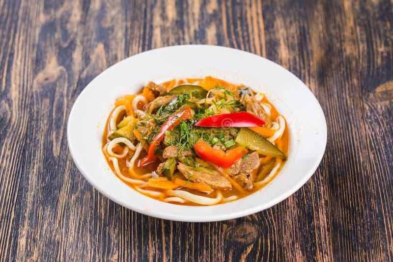 Traditionell asiatisk nudellagman med grönsaker och kött royaltyfria bilder