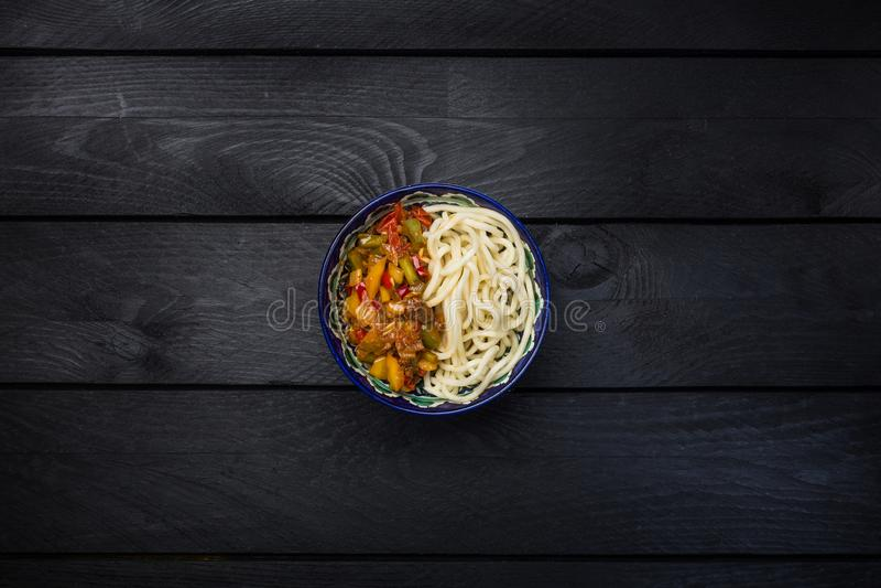 Traditionell asiatisk nudellagman med grönsaker och kött Mörk träbakgrund för bästa sikt royaltyfria foton