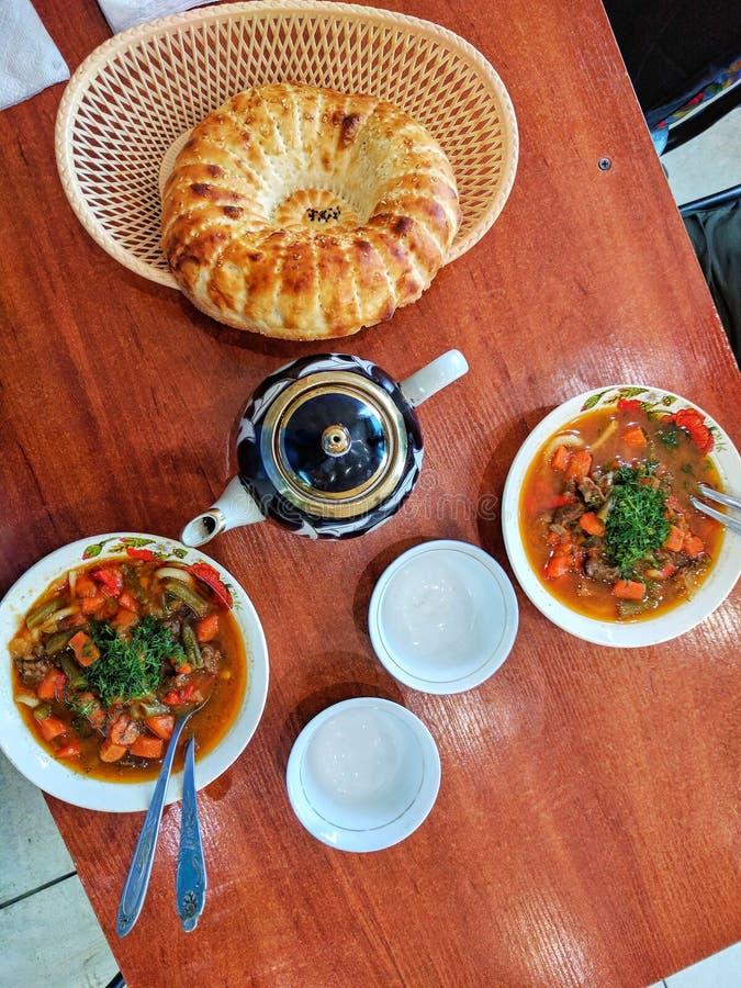 Traditionell asiatisk nudelsoppa med grönsaker och kött som är bekanta som lagman Österlänning uzbekstilkokkonst Bunke två av lag royaltyfri bild