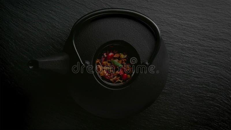 Traditionell asiatisk ordning för teceremoni Järntekanna, koppar, torkade blommor arkivfoto