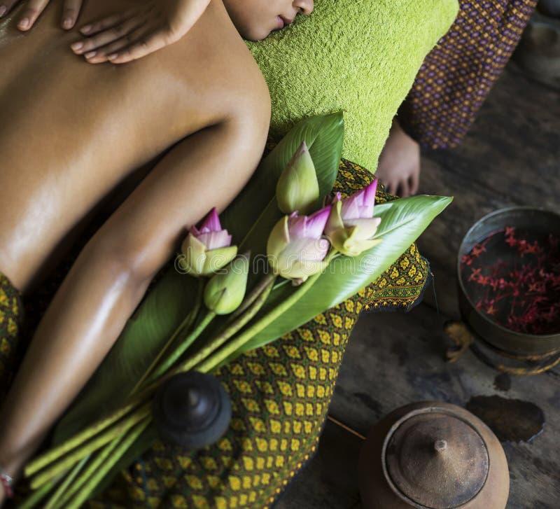 Traditionell asiatisk thai tropisk massagebrunnsortbehandling arkivfoto