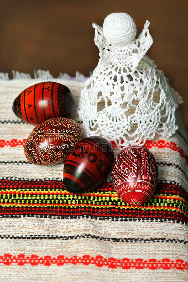 Traditionell autentisk ukrainare målade påskägg, traditionell virkning stucken vit snör åt ängel på den broderade tabelltorkduken fotografering för bildbyråer