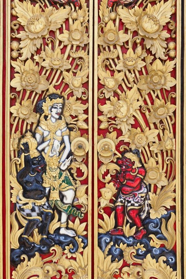 Traditionell Balinese sniden wood dörr royaltyfria foton
