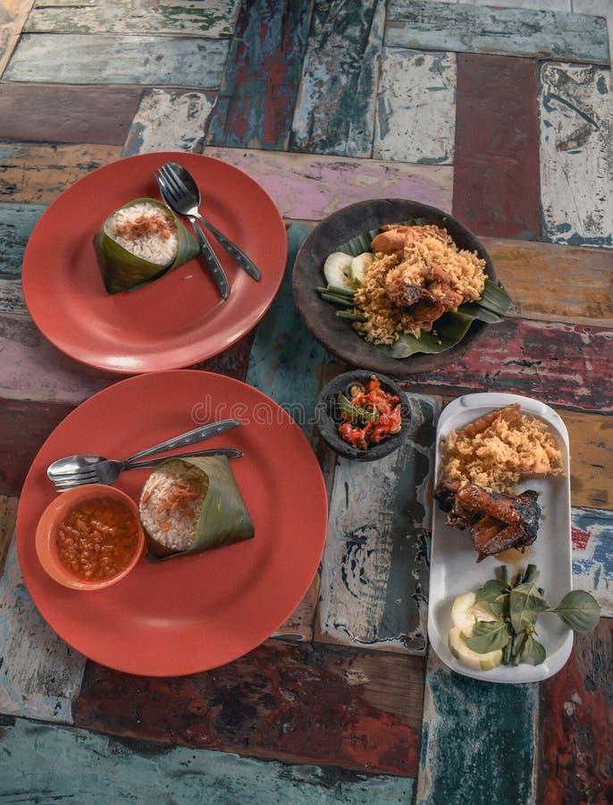Traditionell Balinesemat på en stilfull färgglad tabell i Nusa Dua på Bali in royaltyfri foto