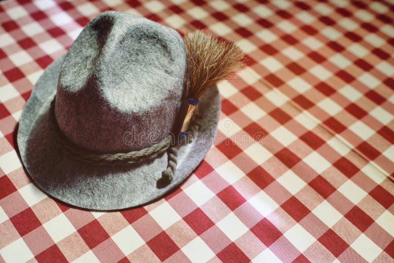 Traditionell bayersk hattnärbild på en röd och vit rutig bakgrund oktoberfest royaltyfri fotografi