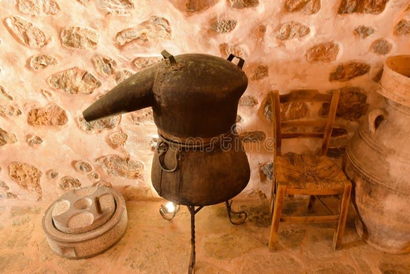 Traditionell behållare för destillationsapparater från koppar, produktion av alkohol, konjak, whisky Forntida traditionell mattek royaltyfria bilder