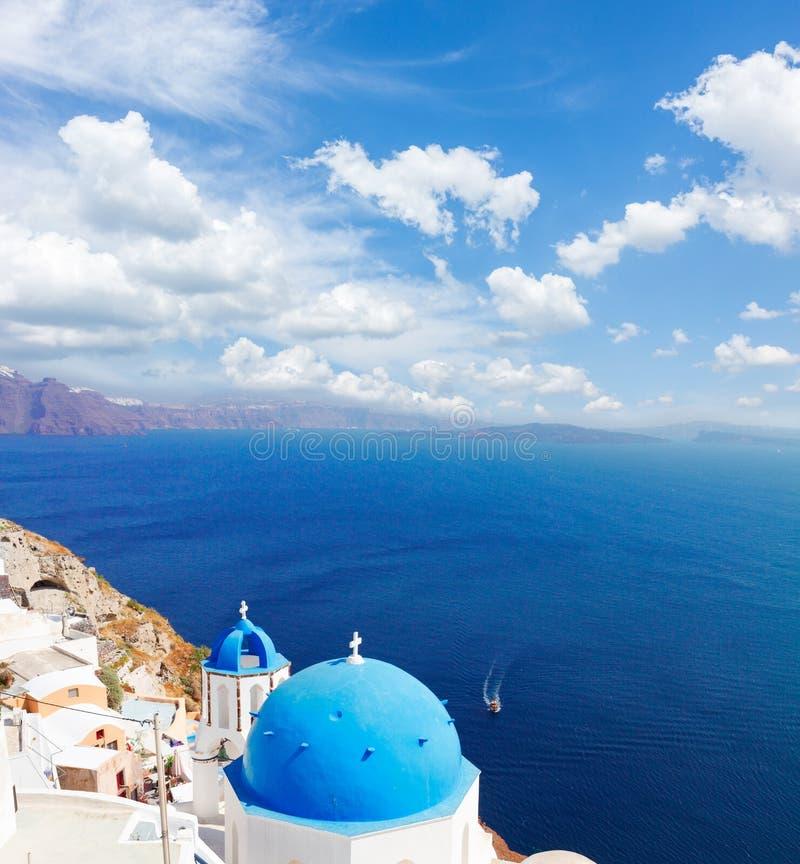 Traditionell blå kupol med havet, Santorini royaltyfria bilder
