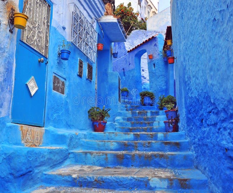 Traditionell blå uteplats, Chefchaouen arkivfoto