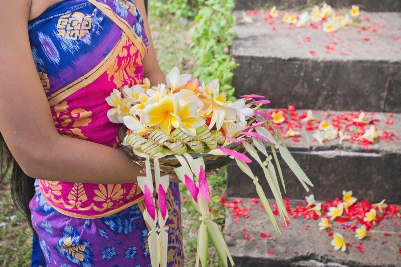 Traditionell blommakultur i Bali under bröllopceremoni eller CR royaltyfria foton