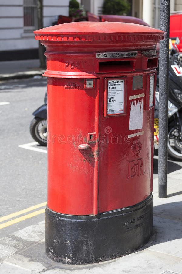 Traditionell brittisk röd pelarask, fristående stolpeask på gatan, London, Förenade kungariket royaltyfria foton