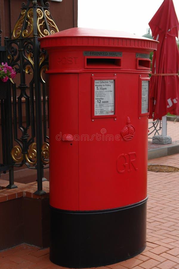Traditionell brittisk röd stolpeask på gatan arkivfoton