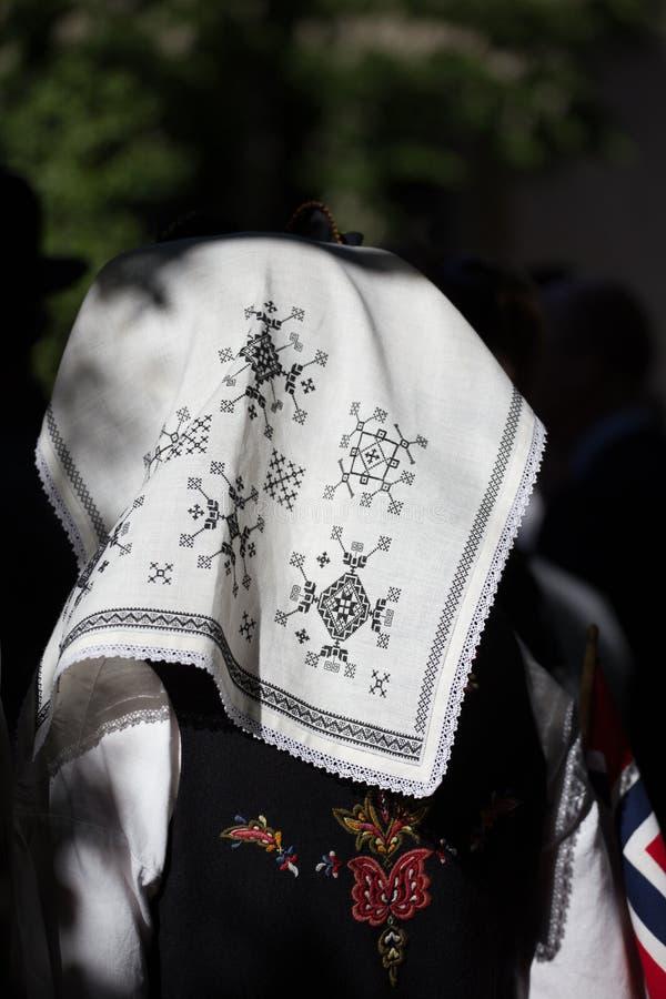 Traditionell broderad sjalett som är sliten på den norska konstitutiondagen, nationell ferie fotografering för bildbyråer