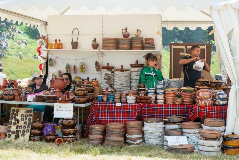 Traditionell bulgarisk krukmakeri för säljare arkivfoton