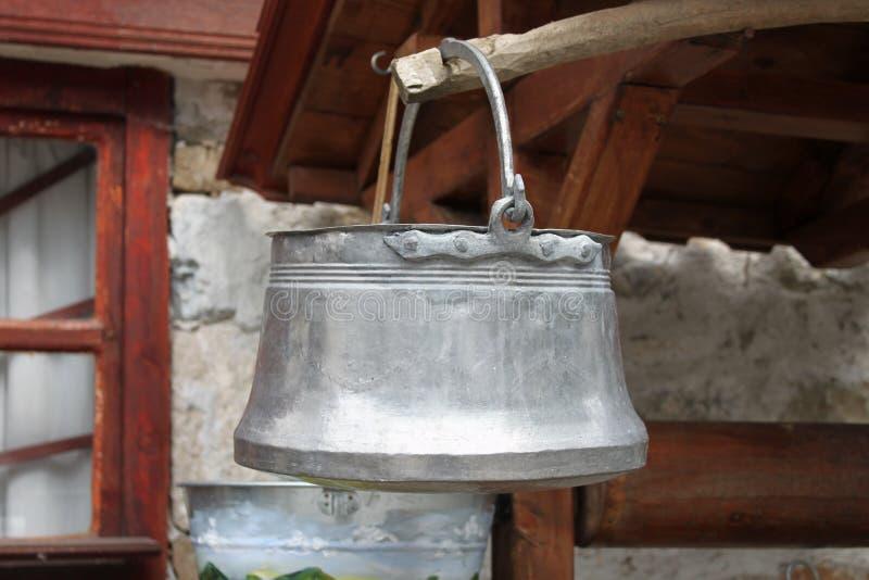 Traditionell bulgarisk mässingsvattenhink arkivbild