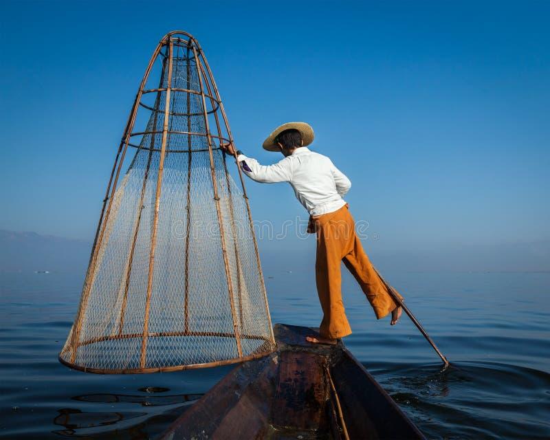 Traditionell Burmese fiskare på Inle lak, Myanmar royaltyfri fotografi