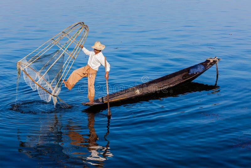 Traditionell Burmese fiskare på Inle sjön royaltyfri fotografi