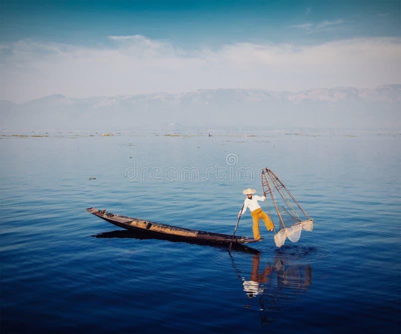 Traditionell Burmese fiskare på Inle sjön arkivbild