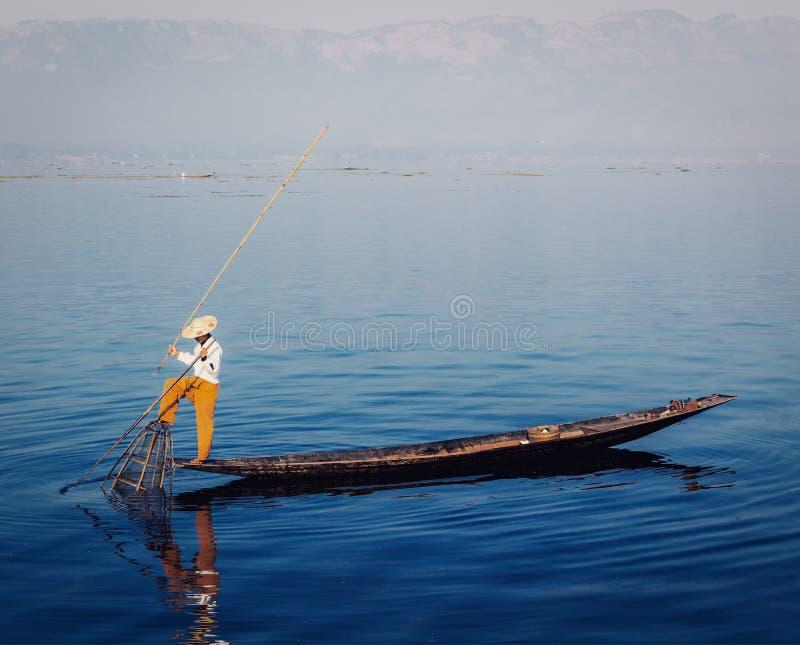Traditionell Burmese fiskare på Inle sjön royaltyfri bild