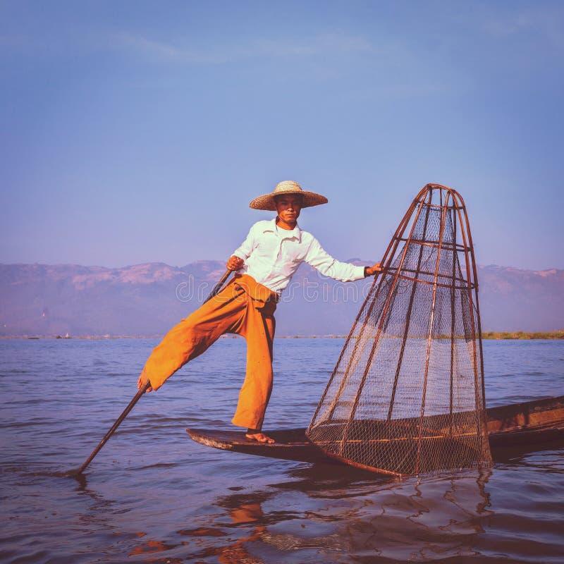 Traditionell Burmese fiskare på Inle sjön Myanmar arkivbild