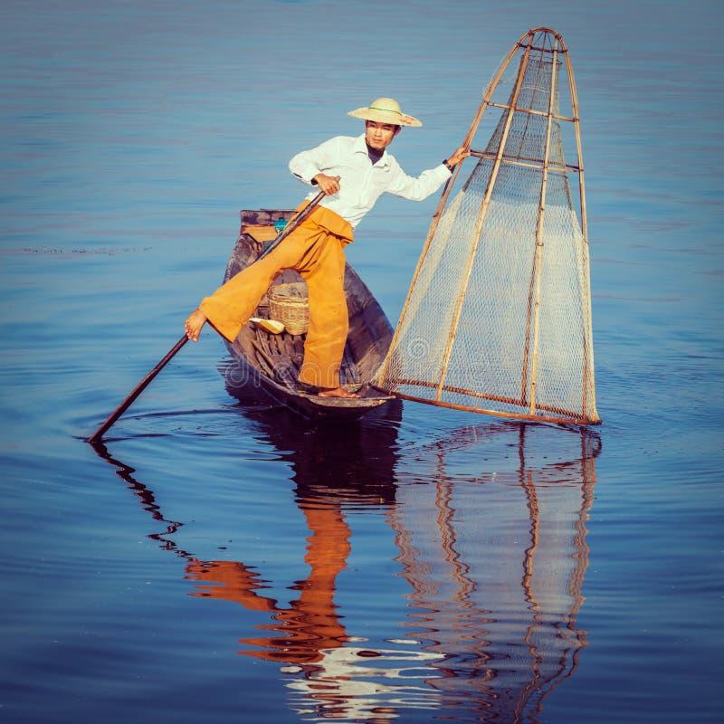 Traditionell Burmese fiskare på Inle sjön Myanmar royaltyfri fotografi