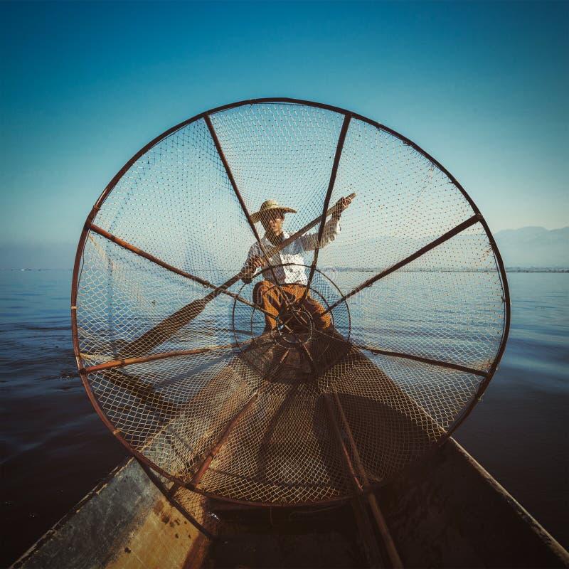 Traditionell Burmese fiskare på Inle sjön Myanmar royaltyfri bild